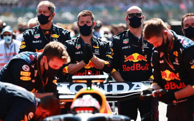 Mechanici Red Bullu stoja za monopostom Maxa Verstappena