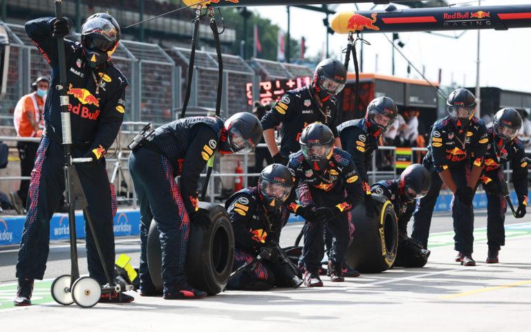 Mechanici Red Bullu pred zastávkou