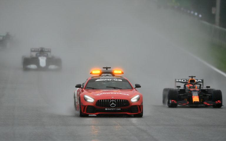 Max Verstappen za bezpečnostným vozidlom