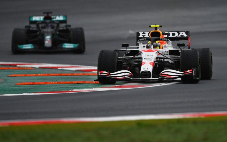 Sergio Pérez pred Lewisom Hamiltonom