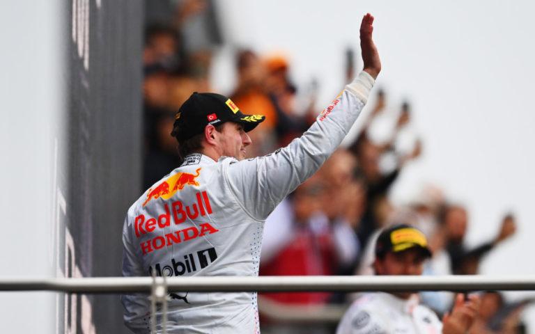 Max Verstappen na pódiu po VC Turecka 2021