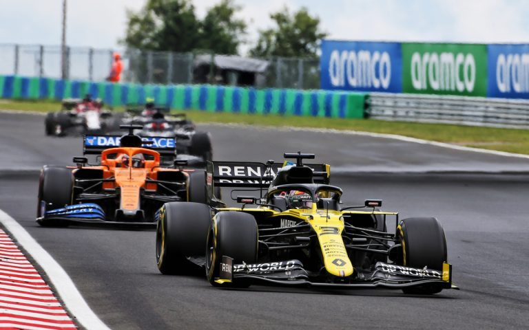 Daniel Ricciardo pred Carlosom Sainzom