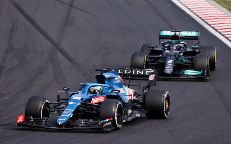 Fernando Alonso pred Lewisom Hamiltonom
