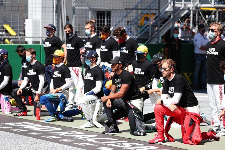pokľaknutie jazdcov pred VC Rakúska